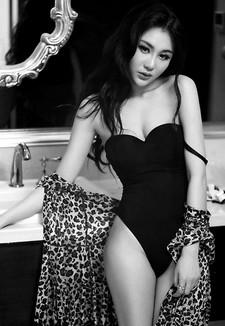 In this article we're sharing with you Chinese model Li Yang Zi's new photo shoots and..
